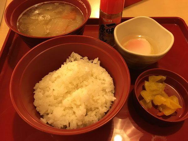 豚汁朝食(ご飯・選べる小鉢・漬物付) 390円(税別)
