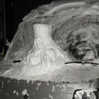 これが軽自動車999か……!車の上に作られたメーテル雪像が…