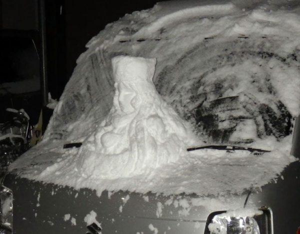これが軽自動車999か……!車の上に作られたメーテル雪像が話題