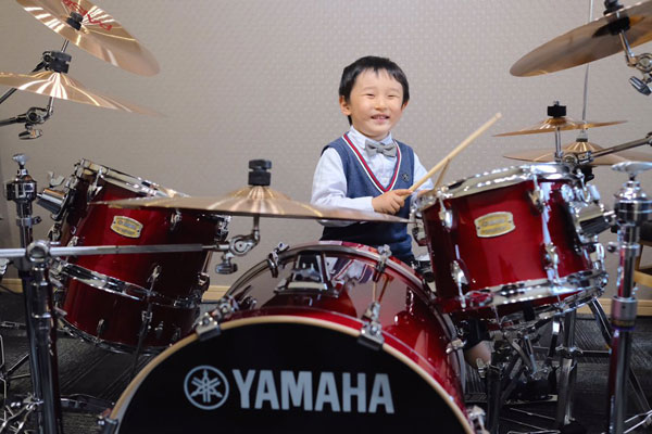 老人ホームがX JAPANの「紅」で盛りあがる=奏者は4歳の天才ドラマー