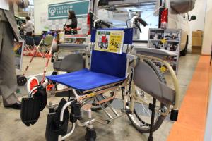 アーム部分が両開きになる車椅子。介護者を楽に抱き起こせることで、双方負担無く乗降させることができる。