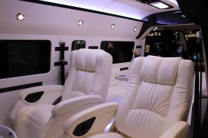 革張りの本格的なリクライニングシートでゴージャスな空間を演出