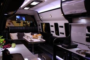 とにかくオシャレ!これが車の中とは思えません。ちょっとした高級個室の完成です