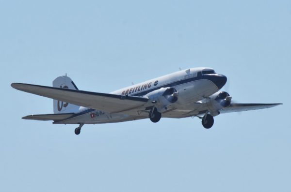 離陸し上昇するDC-3