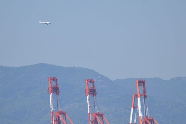 神戸市上空を飛ぶDC-3
