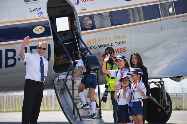 フランシスコ・アグーロ機長が出迎える中、乗り込む子供たち