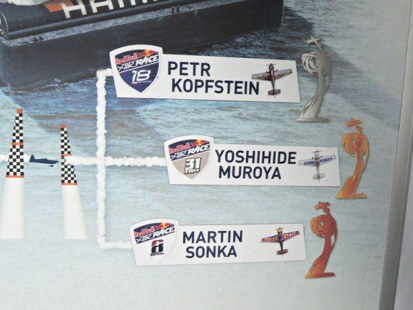 リーダーボードに示された上位3選手の名札
