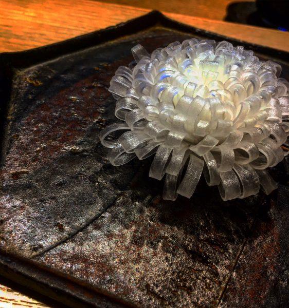 ガラス細工?アメ細工?幻想的な美しい花の正体は?