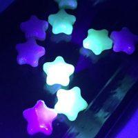 インスタグラマー注目の「夜空のおとしもの」が可愛くて綺麗!ブラックライトで光る星型癒し系キャンディ