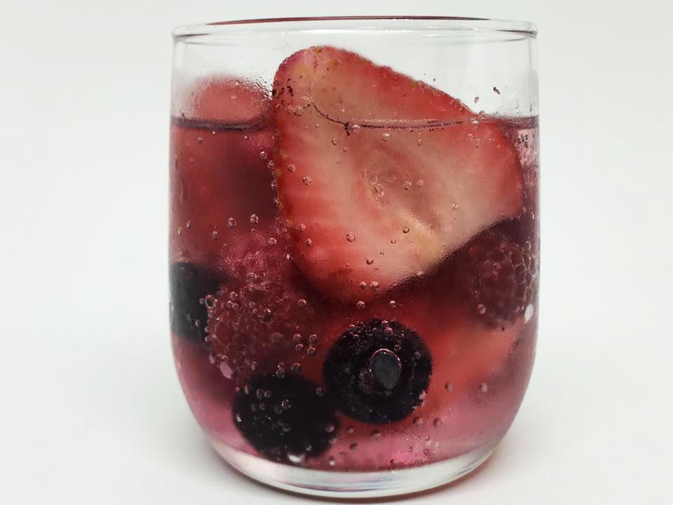 氷結を高級感あるお酒に大変身させる「氷結×冷凍フルーツ」試してみた