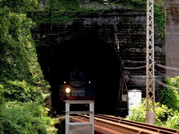 最高に怖い鉄道写真?トンネルからドッキリ 大井川鐵道のトーマス号