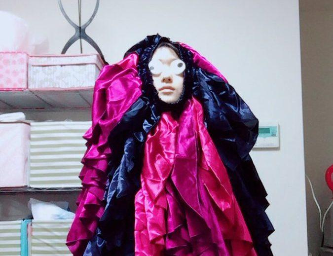 謎のコスチュームのプレゼントに困惑…これは一体何の衣装!?