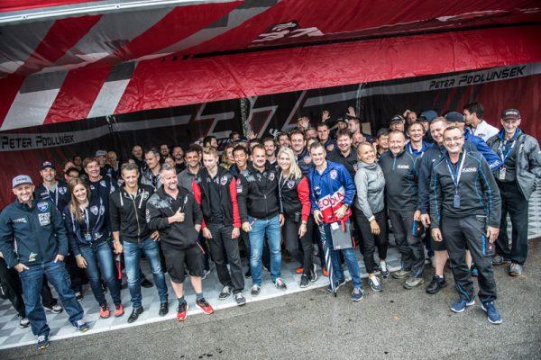 ポドルンシェク選手のハンガーに集まった選手達(Predrag Vuckovic/Red Bull Content Pool)