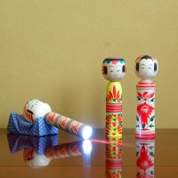 「地震のたびに倒れてイヤね」 客の声から生まれたアイデア防災商品『明かりこけし』が素晴らしい