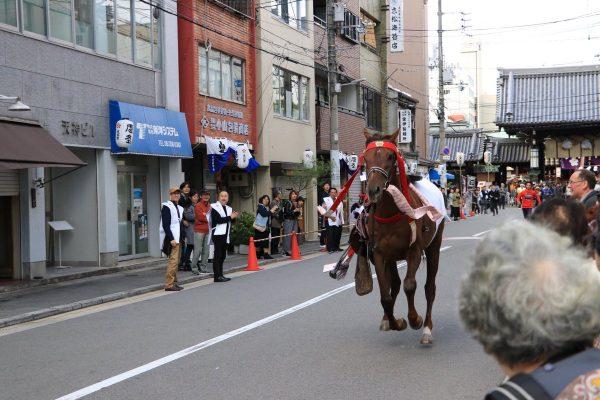 神事でまさかの暴れ馬!大阪天満宮 流鏑馬神事で馬が逃走中の瞬間