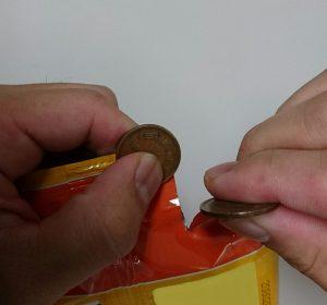 警視庁紹介のコインを使った袋の開け方、覚えておいて損はないかも?