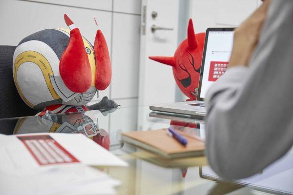 「おまえの膝の上に俺、参上!」仮面ライダー電王よりモモタロスのPCクッション誕生