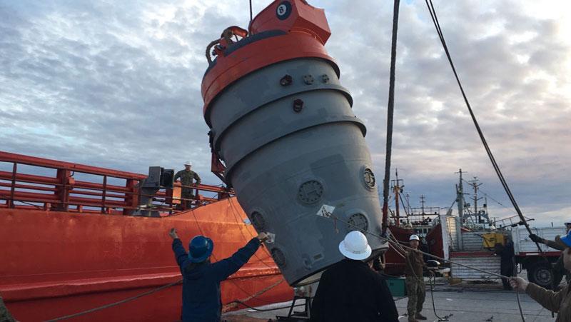 ノルウェーの工作支援船に積み込まれる米海軍のレスキューチャンバー(画像:U.S.NAVY)