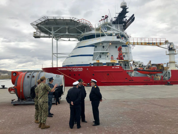 ノルウェーの工作支援船と米海軍のレスキューチャンバー(画像:U.S.NAVY)