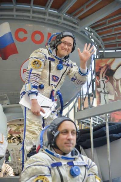 フィットチェックに向かう金井宇宙飛行士(Image Credit:NASA)