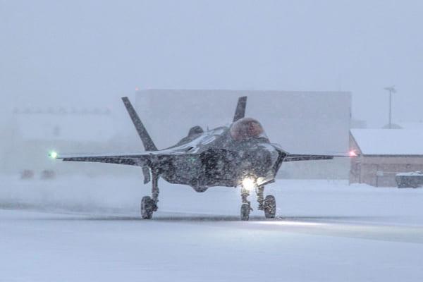 背部にドラッグシュートを装着したF-35(PHOTO:Lockheed Martin)