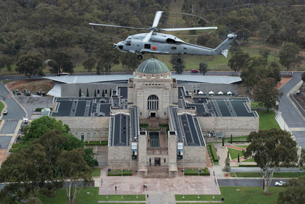 オーストラリア戦争記念館上空を飛ぶS-70B-2(画像:(c) Commonwealth of Australia)