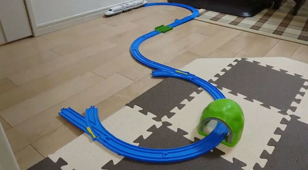 「この列車は一部無軌道区間を通過します」プラレールのアイディア技がスゴい