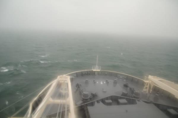 悪天候の海を航行するしらせ