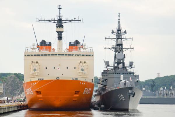 護衛艦と並ぶと幅広さが目立つ