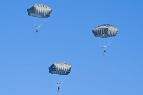 T-11パラシュートで降下するアメリカ空挺隊員