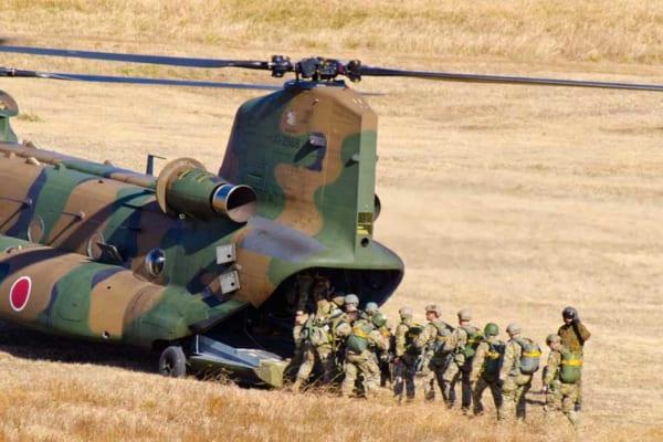 CH-47JAに乗り込むアメリカ空挺隊員