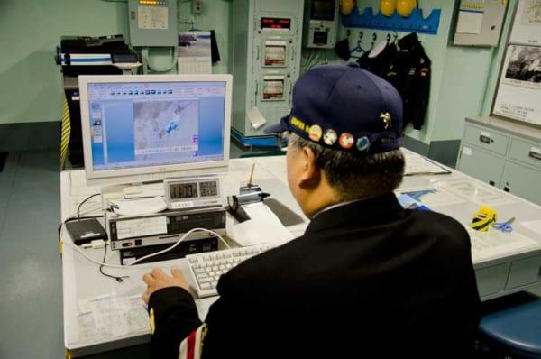 気象レーダー画面を監視するしらせ気象員