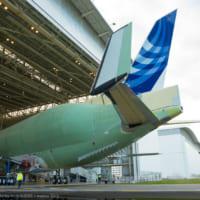 エアバスの大型輸送機ベルーガXLの初号機がロールアウト