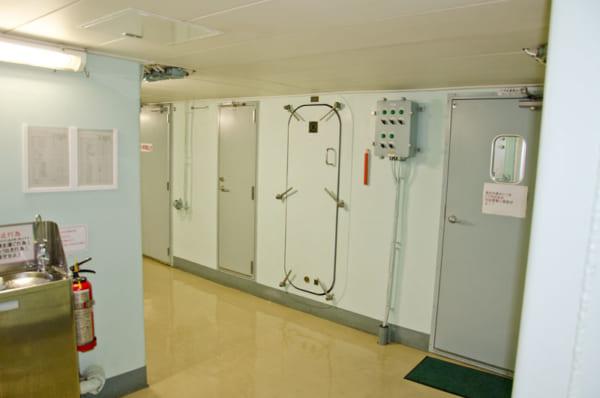 しらせの艦内廊下
