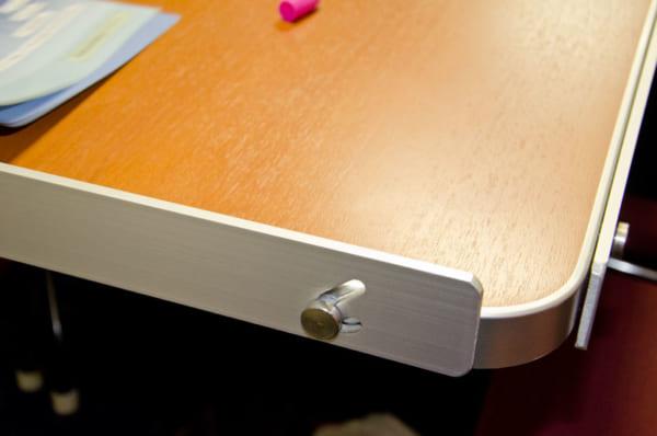 テーブルのフチについた脱落防止板