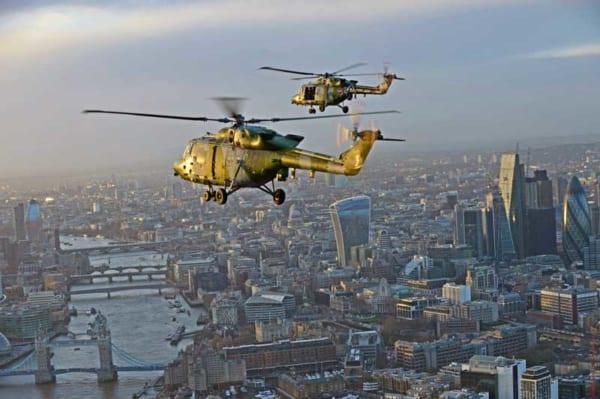 イギリス陸軍のヘリコプター・リンクスがラストフライトでロンドン上空を飛行