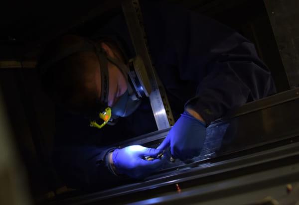 翼内タンクシミュレータでの整備訓練の様子(PHOTO:USAF)