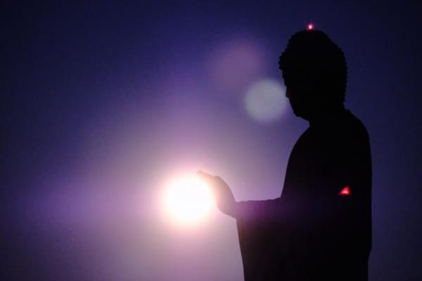 牛久大仏が発する光の波動?スーパームーンとの華麗なるコラボが神秘的