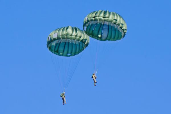 T-10パラシュートで降下するアメリカ空挺隊員