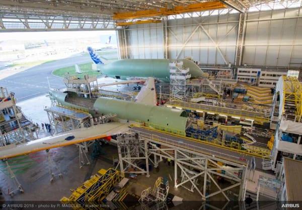 最終組立工場内で並ぶベルーガXL初号機と2号機
