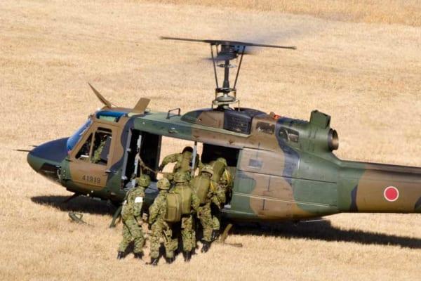 UH-1Jに乗り込む空挺隊員