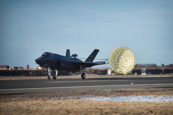 ノルウェー空軍用F-35Aのドラッグシュート試験成功