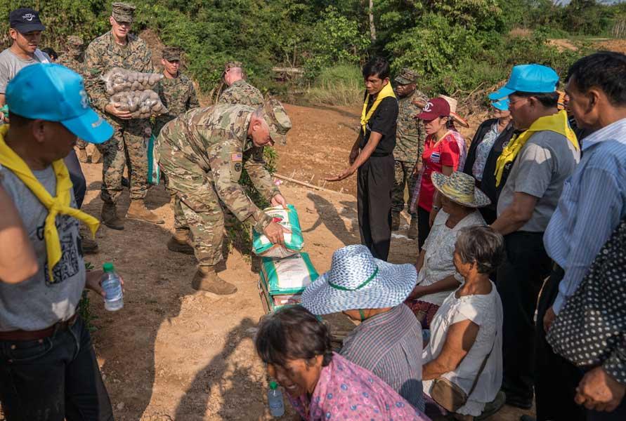村に種イモなどを寄付するアメリカ軍(Photo:USMC)