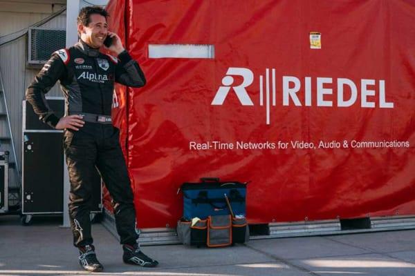 レース後家族と電話するグーリアン選手(Balazs Gardi/Red Bull Content Pool)