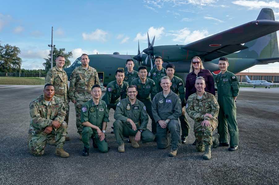 人道支援・災害救援合同訓練を行う各国指揮官と航空自衛隊C-130Hクルー(Photo:USAF)