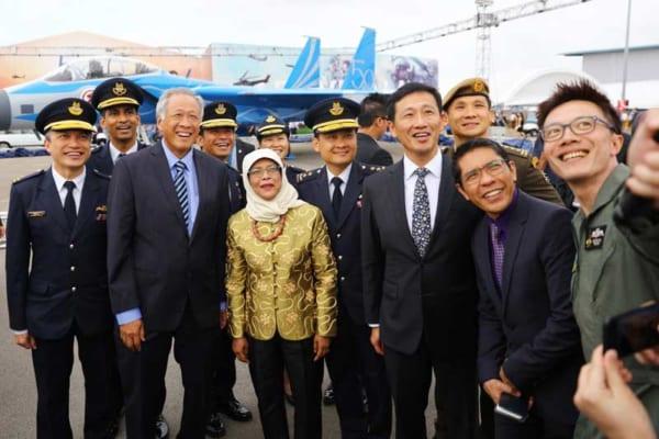 金色の上着を着たヤコブ大統領と共に記念撮影する空軍幹部ら(Image:RSAF)