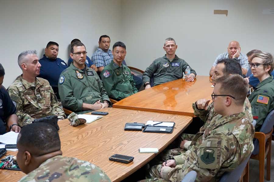 人道支援・災害救援合同訓練の打ち合わせを地元自治体と行う各国の指揮官(Photo:USAF)