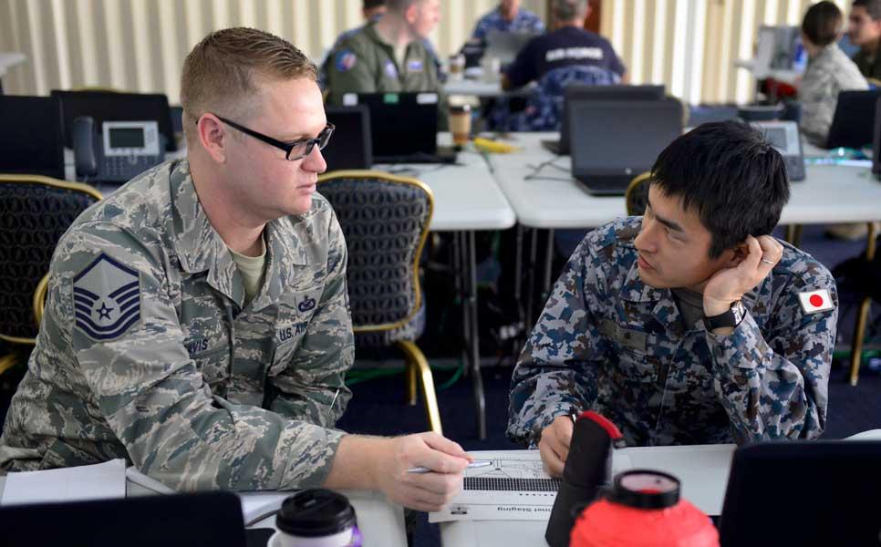 打ち合わせをする航空自衛隊員とアメリカ空軍兵(Photo:USAF)