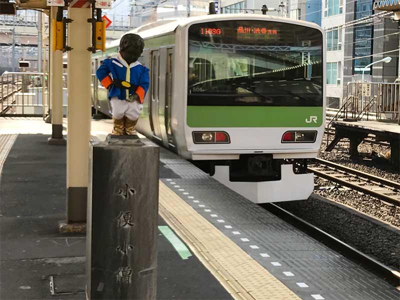 「くやしいけど、僕は男なんだな」浜松町駅の小便小僧がアムロのコスプレ中