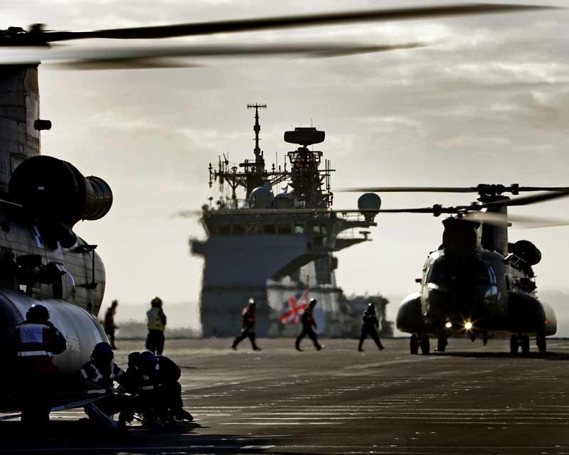 イギリス海軍の空母クイーンエリザベスにヘリコプター初着艦